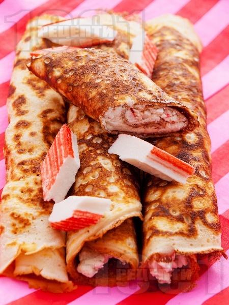 Солени палачинки със сирене, сметана и рулца от раци - снимка на рецептата